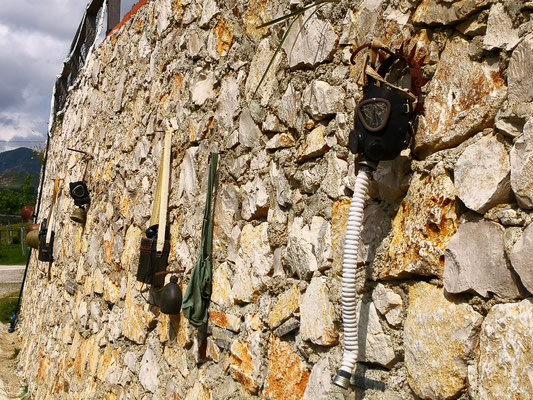 Gruselige Deko an der Mauer aus Hoxha-Zeit