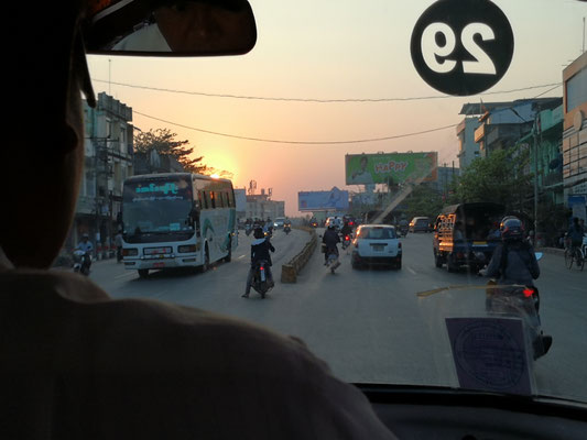 Bei untergehender Sonne fährt er uns durch dichten Stadtverkehr zum Hotel
