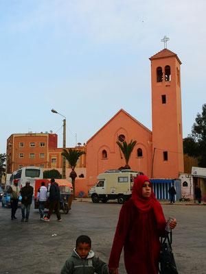 Einen Kirchenbau aus spanischer Zeit hat man stehen gelassen in Qued Zem