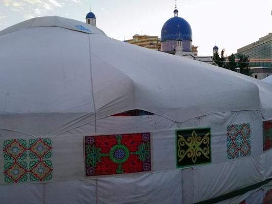 Versammlungsjurten vor der Moschee ( Ramadan)