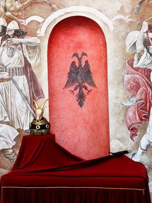 Skanderberg führte die Fahne mit dem Doppeladlern