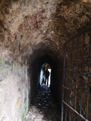 Blick durch einen Tunnel auf die Stadt