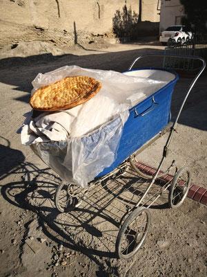 vor dem Haus steht dann das Brot so zum Verkauf bereit