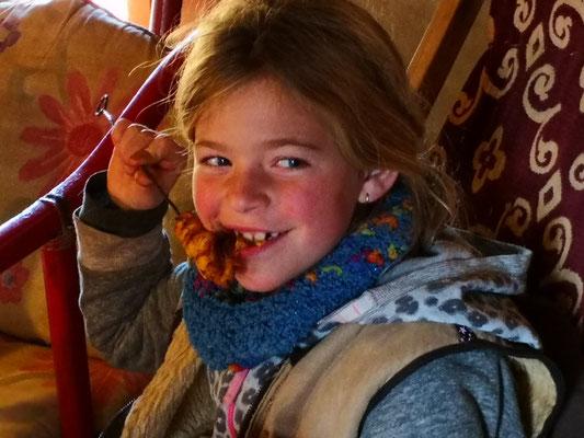 Zoe mag die Fleischspiesse