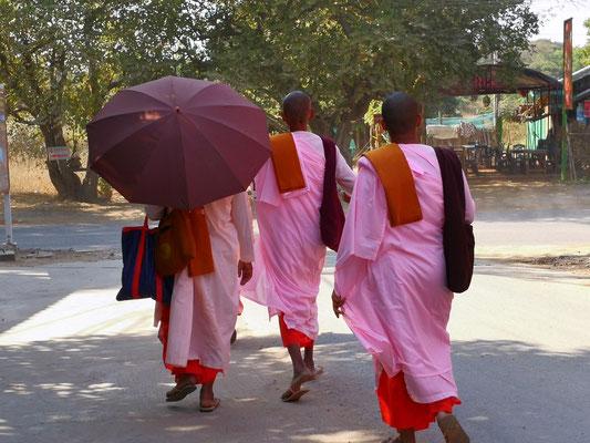 Nonnen tragen rosa Kleidung