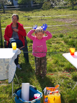 Johanna spielt mit den Luftballons und findet bestimmt die Welt verrückt