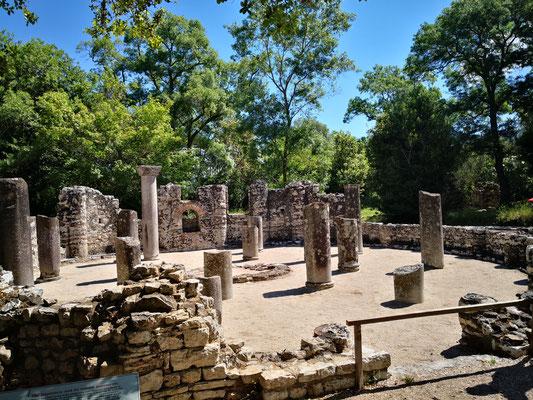 Das Baptisterium mit den Mosaiken, die durch eine Sandschicht geschützt sind ( schade!)