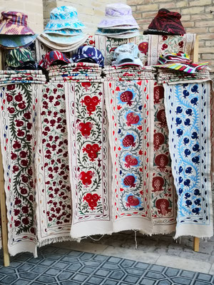 in Baumwolle oder Seide bestickte Stoffe
