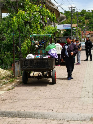 In Lin kommt gerade der Textilverkäufer