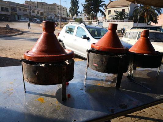 """Die Tajinen enthalten das gar gekochte Essen und warten auf Esser, der Rest wird jeweils """"Bettlern"""" serviert"""