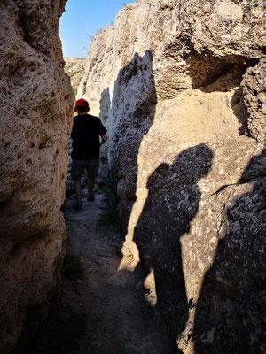 dann klettern wir hinunter bis zur mineralischen Quelle im Canyonbett