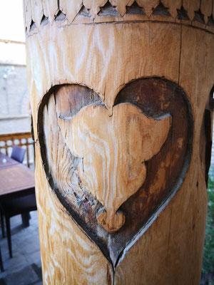 Herzliche  Holzschnitzerei an einer Säule
