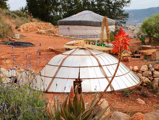 kochen mit Solarofen möglich und auch die Jurte kann man buchen