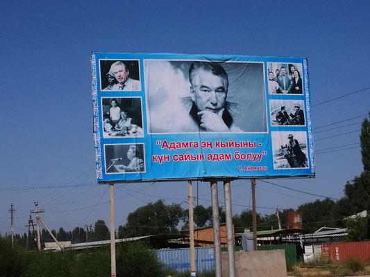 Der Dichter DschingisAitmantov ist groß plakatiert in Kirgistan, den Eindruck nehme ich mit über die Grenze