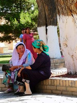 Die Frau mit dem grünen Kopftuch ist hier die Ritualleiterin oder Gesprächstherapeutin, sie hört zu und betet mit den Leuten, dann bekommt sie einen  Schein zugesteckt