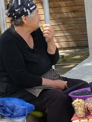 Ältere Leute verkaufen ihre Erntefrüchte