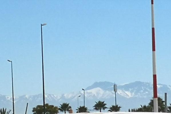Das verschneite Atlasgebirge begleitet uns