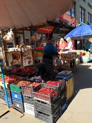 leckere Kirschen und Erdbeeren, noch haben wir viel Marmelade an Bord, zu früh neue zu kochen