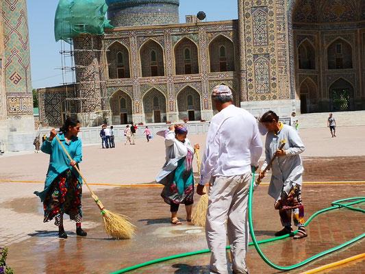 Der Registan muss nach gesäubert werden, in früheren Zeiten war er ein Sandplatz (=Registan)