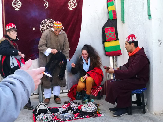 Musikgruppe animiert Touristen sich zu verkleiden