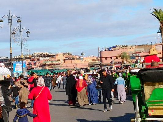 auf dem großen Platz Djemaa el-Fna (Platz der Gehängten)