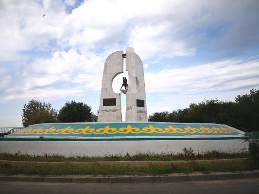 Das Denkmal, Khorkhyt Ata auf dem Kamel reitend