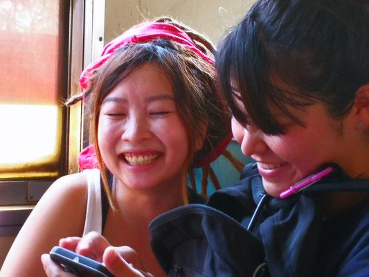 Frauen aus Hongkong und Japan haben Spass miteinander