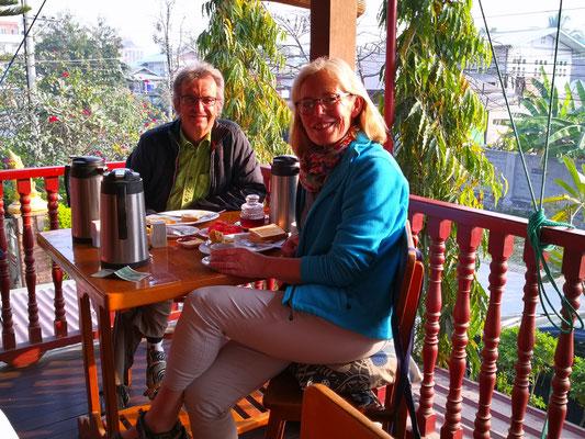 Ein letztes Mal Frühstück im Teak Wood Hotel, 7 Uhr