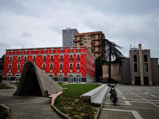 Regierungsgebäude und Ausgang des BunkerII -Museums