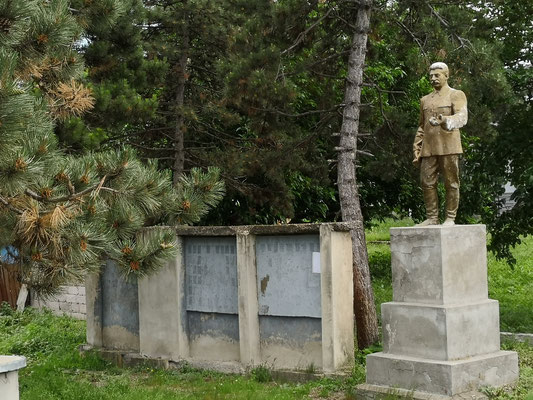 ... den hat man noch nicht vom Sockel gestürzt ( Stalin, ca. 20km vor seiner Geburtsstadt Gori)