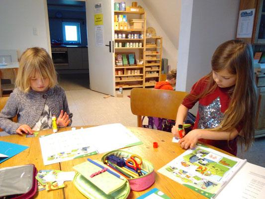Unsere Vorschülerinnen - ganz konzentriert bei der Arbeit.