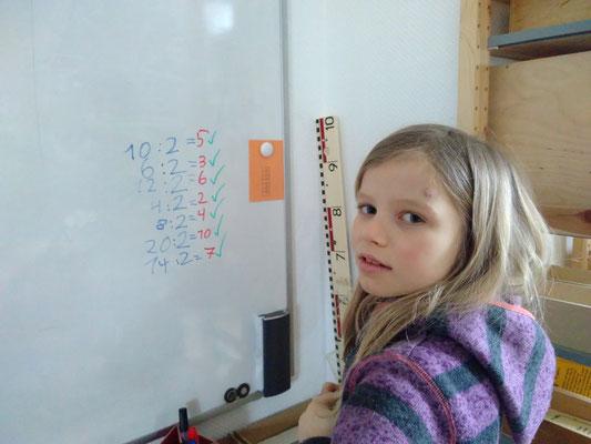 Astri mag gerne am Whiteboard arbeiten.