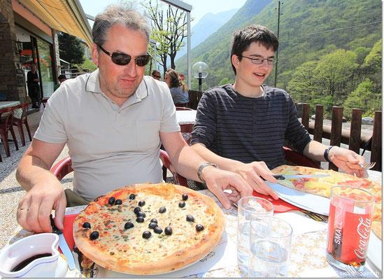 Reisen macht Hunger! Jürg hat seine Pizza natürlich auch noch mit mir geteilt ;) Gut, dass wir nebst 2 Salaten nur 2 dieser Riesenteile bestellt haben :) War aber SEHR lecker.-