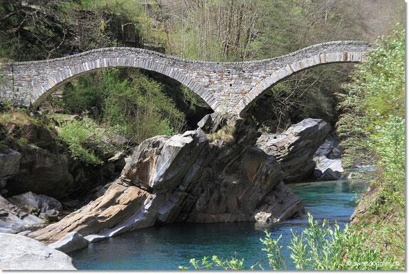 Die bekannte Ponte dei Salti in Lavertezzo.