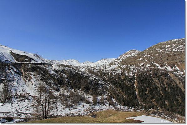 Dieser Pass ist ganzjährig geöffnet und für uns eine gute Alternative zur stark frequentierten Gotthardstrecke.