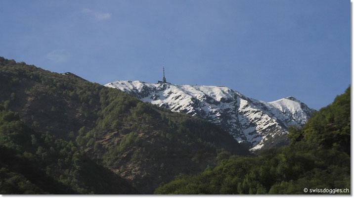 Auf der Fahrt Richtung Bellinzona mit Blick auf den noch schneebedeckten Monte Tamaro 1'960 m ü M.