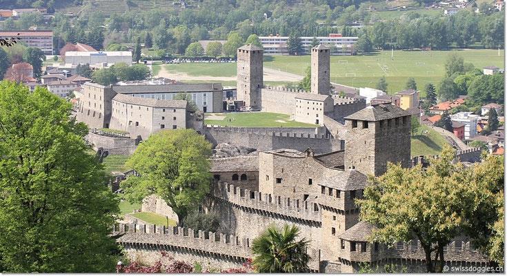 Beim Hinunterfahren, Blick auf die beiden Schlösser Montebello und Castelgrande.