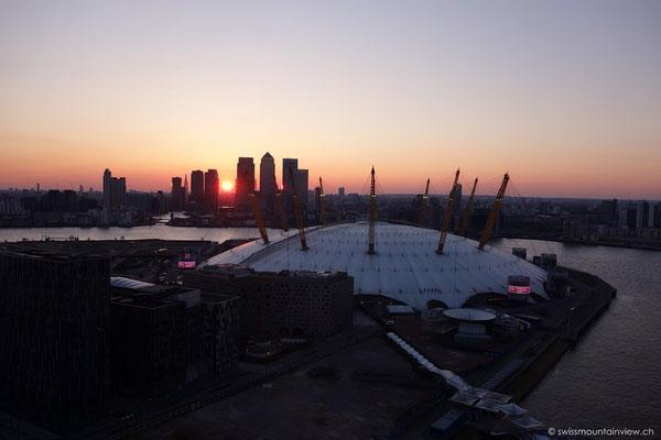 O2 Arena - Sonnenuntergang von den Emirate Airways aus gesehen