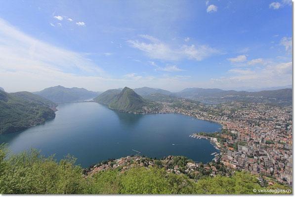 aber Richtung Süden überwiegt noch das Blau :) Blick auf den Luganersee. Links der Damm von Melide. In der Mitte der San Salvatore und rechts Lugano.