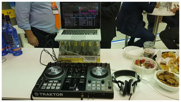 Wenn der Laptop-Stand vergessen wurde, weiß sich ein Gentleman-DJ trotzdem zu helfen
