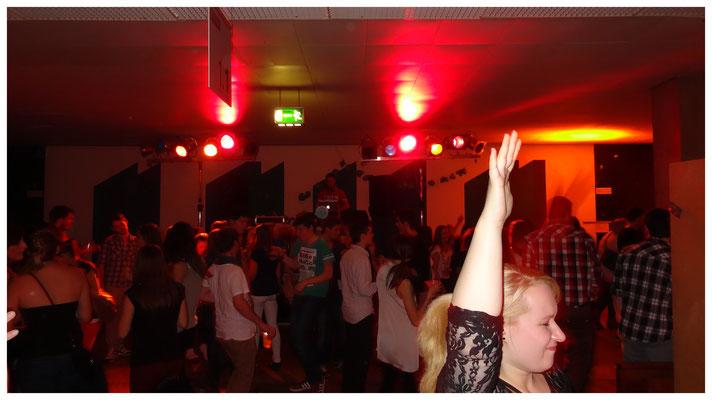 Die Menge tanzt