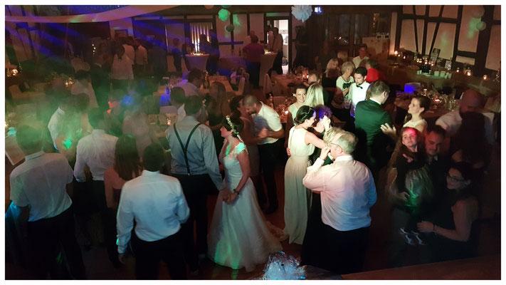 Die Gäste tanzen