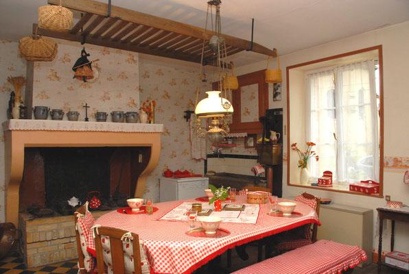 Cuisine authentique du gîte avec cheminée et pierre à eau