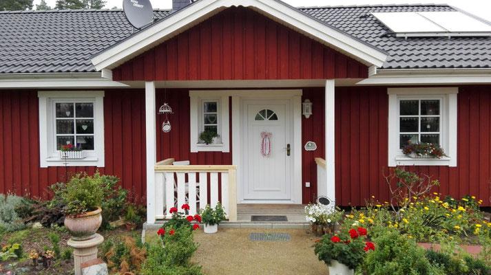 Berg Schwedenhaus das Holzhaus Älmhult überdachter Eingang