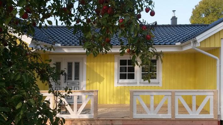 Modell Älmhult Terrasse Schwedenhaus gelbes Holzhaus