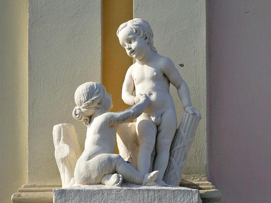 Skulpturen an einem Bürgerhaus in Potsdam