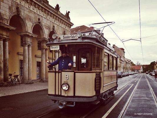 Lindner Straßenbahnwagen vor der Alten Wache