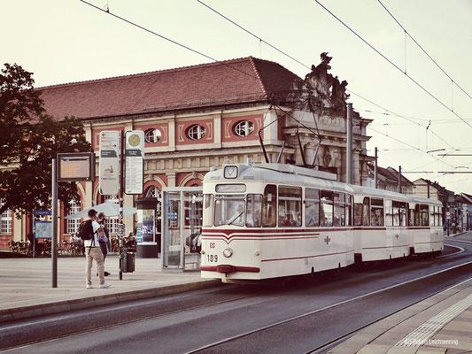 Gotha-Straßenbahnwagen vor dem Filmmuseum