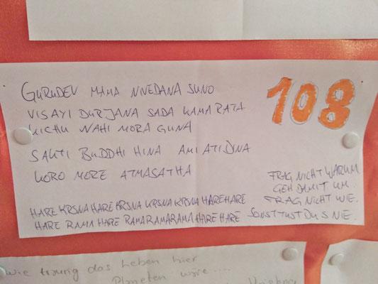 Gurudeva mama nivedana suno Visayi durjana sada kama rata Kichu nahi mora guna Sakti buddhi hina ami ati dina Koro more atmasatha  Hare Krishna Hare Krishna Krishna Krishna Hare Hare Hare Rama Hare Rama Rama Rama Hare Hare  Frag nicht warum Geh damit um F