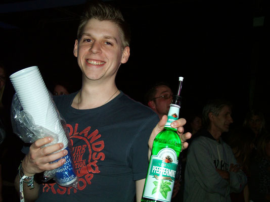 "Pfeffi-Keeper Julian beim Song ""Drink"""
